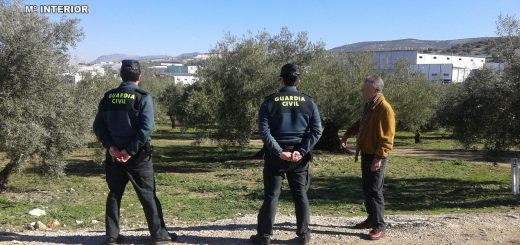 Efectivos de la Guardia Civil en una explotación agrícola (FOTO: Guardia Civil)